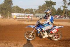 Phichit, Tailândia, dezembro 27,2015: A motocicleta extrema do esporte, a competição do motocross, cavaleiro do motocross que enc Fotografia de Stock