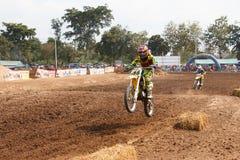 Phichit, Tailândia, dezembro 27,2015: A motocicleta extrema do esporte, a competição do motocross, cavaleiro do motocross salta Foto de Stock Royalty Free
