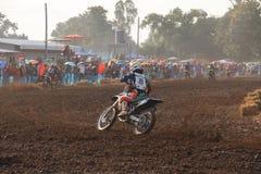 Phichit, Tailândia, dezembro 27,2015: Motocicleta extrema do esporte, a competição do motocross, o cavaleiro do motocross e bom m Fotos de Stock Royalty Free