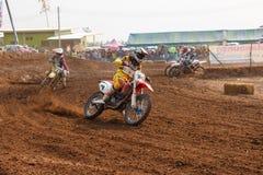 Phichit, Tailândia, dezembro 27,2015: Motocicleta extrema do esporte, a competição do motocross, o cavaleiro do motocross e bons  Imagem de Stock