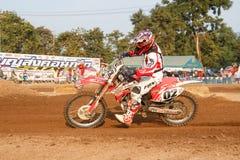 Phichit, Tajlandia, Grudzień 27,2015: Krańcowy sporta motocykl motocross rywalizacja, motocross jeźdza osaczać i bezpłatna opłata Obrazy Stock