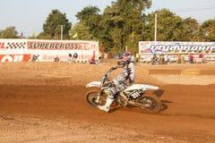 Phichit, Tajlandia, Grudzień 27,2015: Krańcowy sporta motocykl motocross rywalizacja, motocross jeźdza osaczać i bezpłatna opłata Fotografia Stock