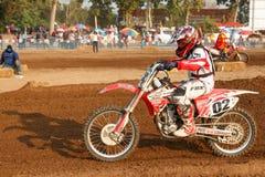 Phichit, Tajlandia, Grudzień 27,2015: Krańcowy sporta motocykl motocross rywalizacja, motocross jeźdza osaczać i bezpłatna opłata Fotografia Royalty Free