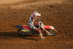 Phichit, Thaïlande, décembre 27,2015 : La moto extrême de sport, la concurrence de motocross, cavalier de motocross acculant et l Photos libres de droits