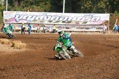Phichit, Thaïlande, décembre 27,2015 : La moto extrême de sport, la concurrence de motocross, cavalier de motocross acculant et l Images libres de droits