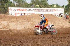 Phichit, Thaïlande, décembre 27,2015 : La moto extrême de sport, la concurrence de motocross, cavalier de motocross acculant et l Images stock