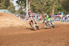 Phichit, Thaïlande, décembre 27,2015 : La moto extrême de sport, la concurrence de motocross, cavalier de motocross acculant et l Photo stock