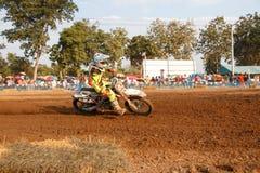 Phichit, Thaïlande, décembre 27,2015 : La moto extrême de sport, la concurrence de motocross, cavalier de motocross acculant et l Photographie stock libre de droits
