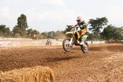 Phichit, Thaïlande, décembre 27,2015 : La moto extrême de sport, la concurrence de motocross, cavalier de motocross sautent Photos stock