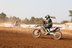 Phichit, Thaïlande, décembre 27,2015 : Moto extrême de sport, la concurrence de motocross, le cavalier de motocross et bon conduc Photos libres de droits