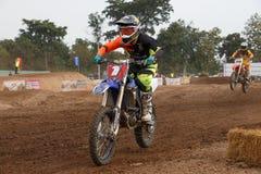 Phichit Thailand, December 27,2015: Den extrema sportmotorcykeln, motocrosskonkurrensen, motocrossryttare hoppar Arkivbilder