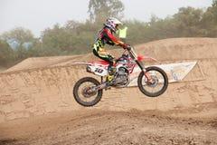 Phichit Thailand, December 27,2015: Den extrema sportmotorcykeln, motocrosskonkurrensen, motocrossryttare hoppar Arkivbild