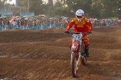 Phichit Thailand, December 27,2015: Den extrema sportmotorcykeln, motocrosskonkurrensen, motocrossryttare hoppar Royaltyfria Foton