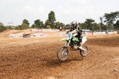 Phichit Thailand, December 27,2015: Den extrema sportmotorcykeln, motocrosskonkurrensen, motocrossryttare hoppar Arkivfoton