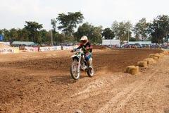 Phichit Thailand, December 27,2015: Den extrema sportmotorcykeln, motocrosskonkurrensen, motocrossryttare hoppar Royaltyfri Foto