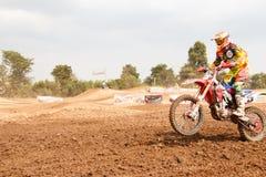 Phichit Thailand, December 27,2015: Den extrema sportmotorcykeln, motocrosskonkurrensen, motocrossryttare hoppar Arkivfoto