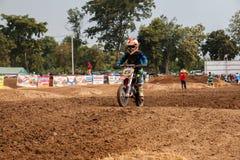 Phichit Thailand, December 27,2015: Den extrema sportmotorcykeln, motocrosskonkurrensen, motocrossryttare hoppar Fotografering för Bildbyråer