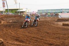 Phichit Thailand, December 27,2015: Extrem motorcykel för sport, motocrosskonkurrensen, tränga någon för motocrossryttare och fri Fotografering för Bildbyråer