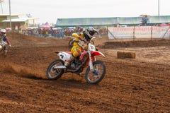 Phichit Thailand, December 27,2015: Extrem motorcykel för sport, motocrosskonkurrensen, tränga någon för motocrossryttare och fri Royaltyfri Bild