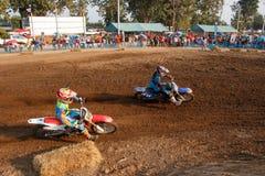 Phichit Thailand, December 27,2015: Extrem motorcykel för sport, motocrosskonkurrensen, tränga någon för motocrossryttare och fri Arkivfoto