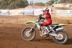 Phichit Thailand, December 27,2015: Extrem sportmotorcykel, motocrosskonkurrensen, motocrossryttare och godachaufför Arkivbilder