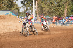 Phichit Thailand, December 27,2015: Extrem sportmotorcykel, motocrosskonkurrensen, motocrossryttare och godachaufför Royaltyfria Bilder
