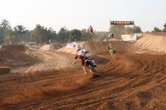 Phichit Thailand, December 27,2015: Extrem sportmotorcykel, motocrosskonkurrensen, motocrossryttare och godachaufför Arkivfoton
