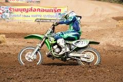 Phichit Thailand, December 27,2015: Extrem sportmotorcykel, motocrosskonkurrensen, motocrossryttare och godachaufför Royaltyfri Fotografi