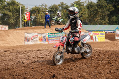 Phichit Thailand, December 27,2015: Extrem sportmotorcykel, motocrosskonkurrensen, motocrossryttare och godachaufför Fotografering för Bildbyråer