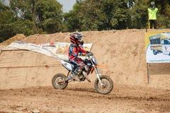 Phichit Thailand, December 27,2015: Extrem sportmotorcykel, motocrosskonkurrensen, motocrossryttare och godachaufför Royaltyfri Bild
