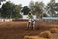 Phichit Thailand, December 27,2015: Extrem sportmotorcykel, motocrosskonkurrensen, motocrossryttare och godachaufför Royaltyfria Foton