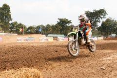Phichit, Thailand, Dezember 27,2015: Extremes Sport-Motorrad, der Motocrosswettbewerb, Motocrossreiter springen Stockbild