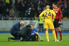 Phil Jagielka nimmt medizinische Behandlung aus den Grund, UEFA-Europa-Liga-Runde des zweiten Matches des Beines 16 zwischen Dyna Lizenzfreie Stockfotografie