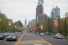 PHILADELPHFIA, PA - 19 DE ABRIL: Benjamin Franklin Parkway do museu de arte de Philadelphfia com o arranha-céus Center da cidade Fotos de Stock Royalty Free