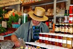 Philadelphfia, PA: Vendedor de alimento menonita no mercado Imagens de Stock