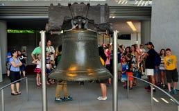 Philadelphfia, PA: Visitantes em Liberty Bell Fotografia de Stock