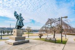 Philadelphfia, Pensilvânia, EUA - em dezembro de 2018 - a estátua de bronze de Marquis de Lafayette pode ser encontrada no jardim imagem de stock