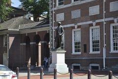 Philadelphia, am 4. August: Washington Statue-Front von Unabhängigkeit Hall von Philadelphia in Pennsylvania lizenzfreies stockbild