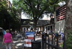 Philadelphia Augusti 4th: Betsy Ross Courtyard House från Philadelphia i Pennsylvania Arkivfoton