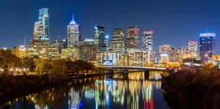 Philadelphia cityscapepanorama vid natt Arkivfoton