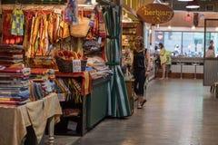 PHILADELPHIA, de V.S. - 19 JUNI, 2016 - Mensen die en bij stadsmarkt kopen eten stock afbeelding