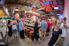 PHILADELPHIA, de V.S. - 19 JUNI, 2016 - Mensen die en bij stadsmarkt kopen eten royalty-vrije stock fotografie