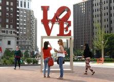 Philadelphia, de V.S. - 29 Mei, 2018: Mensen dichtbij het Liefdestandbeeld binnen stock foto's