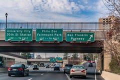 Philadelphia, December, 2018 - Tekens met richtingen aan de Universitaire Stad, Phila Zoo, Fairmount-Park en Ben Franklin Parkway stock foto