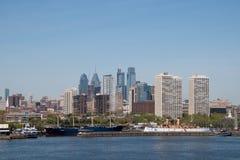 Philadelphia horisont och Delaware River som sett från Camden som är ny arkivbilder