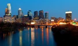 Philadelphia horisont på natten Arkivbild
