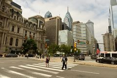 Philadelphia, los E.E.U.U. - 29 de mayo de 2018: Gente y coches en centro de la ciudad de imagenes de archivo