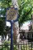 PHILADELPHIA PA - MAJ 14: Historiskt tecken framme av Betsy Ross House på ärke- gata 239 på Maj 14, 2015 Arkivbilder