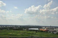 Philadelphia PA, 3rd Juli: Betsy Ross Bridge över Delaware River och port från Philadelphia i Pennsylvania USA Arkivfoto