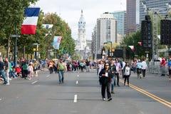 PHILADELPHIA, PA - SEPTEMBER 26: Crowds of people arrive on the Benjamin Franklin Parkway in Center City Philadelphia to Stock Photos
